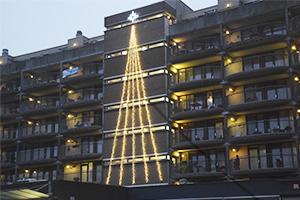 kerstboom tegen gevel flat