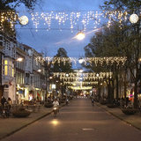 kerstverlichting boven straat